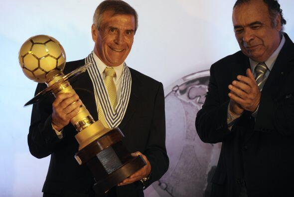 Oscar Tabárez superó por dos votos a Marcelo Bielsa, entrenador argentin...