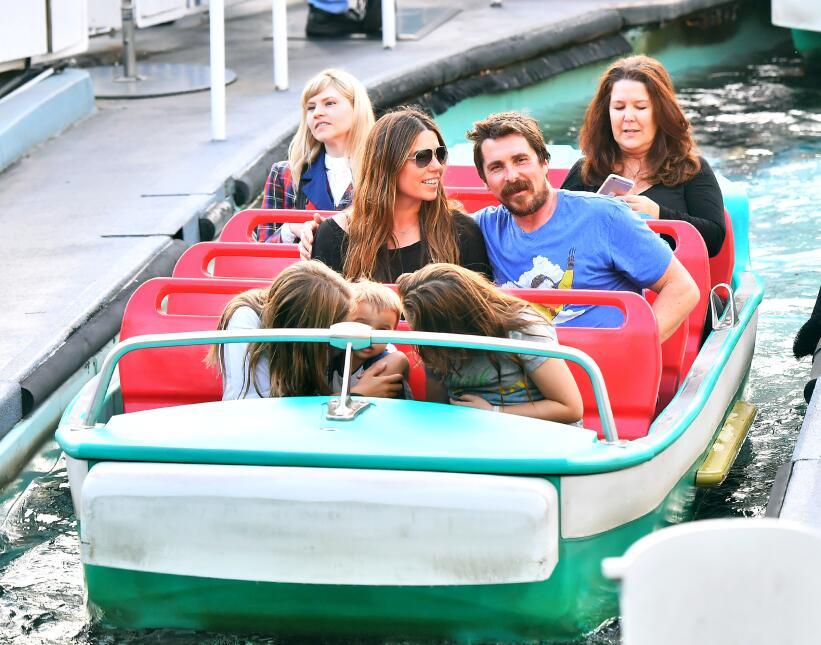 Christian Bale en Disneyland con su familia
