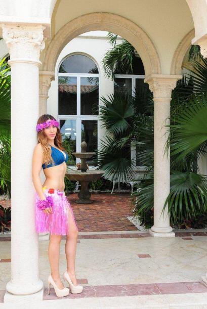 Las chicas disfrutaron de una sesión de fotos muy tropicales bajo...