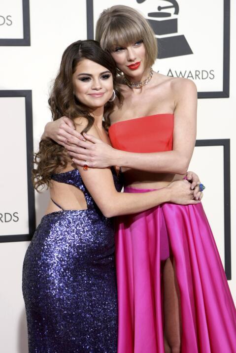 Selena Gomez y Taylor Swift llegan juntas a la alfombra roja de la entre...