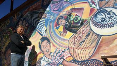 Con tradiciones mexicanas reflejadas en sus obras este artista rechaza el racismo en Arizona