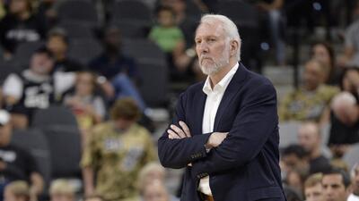 El entrenador de los Spurs, Gregg Popovich, observa un partido de pretem...