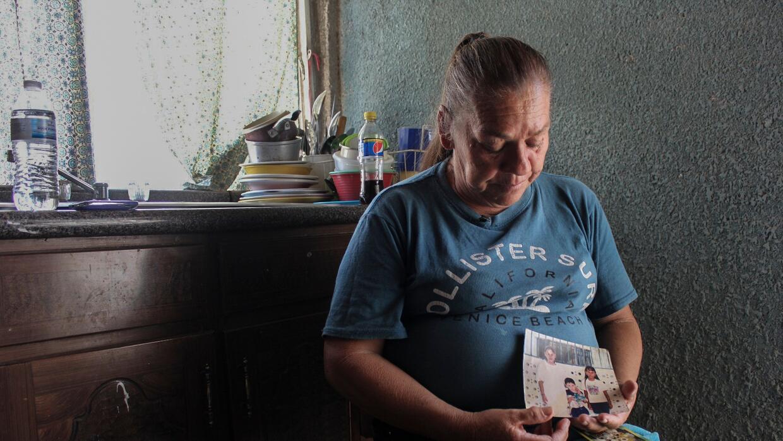 María Guadalupe Güereca muestra fotos de su hijo, Sergio Adr...