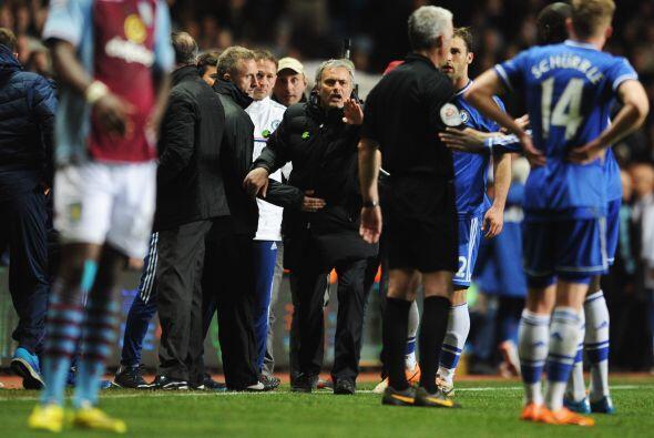 Mourinho reclamó airadamente al árbitro y le hizo perder la paciencia.