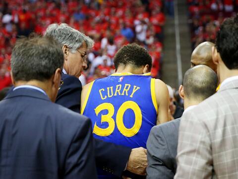 Curry sufrió una aparatosa caída que estuvo a punto de dar...