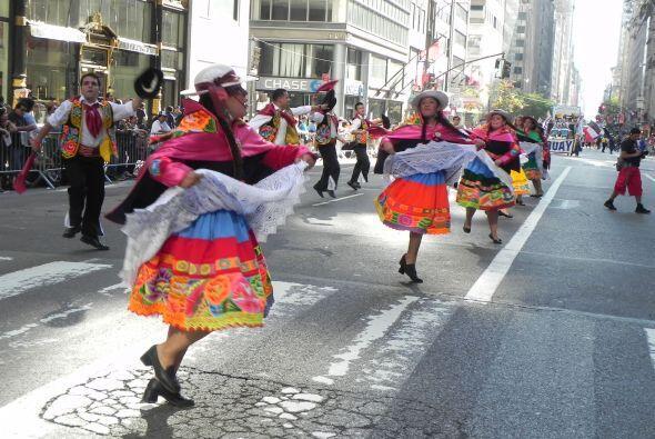 Familias hispanas desfilan por la 5ta Avenida 5593674df8e54bcd87f53b204c...