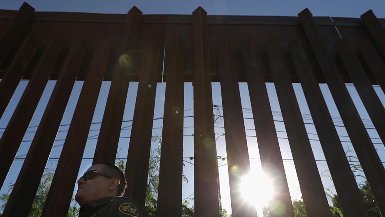 Un agente de la Patrulla Fronteriza resguarda la valla entre Estados Uni...