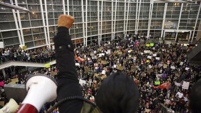 La concejala y activista de Seattle Kshama Sawant habla ante una multitu...