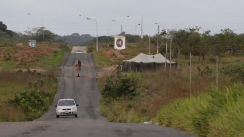 Punto de chequeo en la base militar de Guasipati, Venezuela, cerca de do...