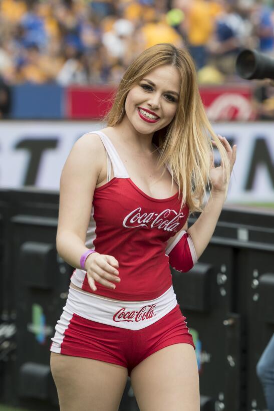 Los estadios del futbol mexicano destacan por las guapas edecanes que ac...