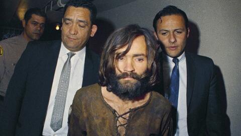 En esta imagen de archivo, tomada en 1969, Charles Manson es escoltado a...
