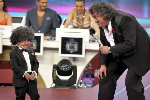 Juntos comenzaron a contar divertidos chistes, Rogelio estaba muy emocio...
