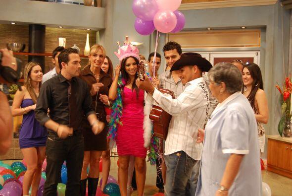 La fiesta se puso buena y Espinoza Paz llegó a cantarle las mañanitas.