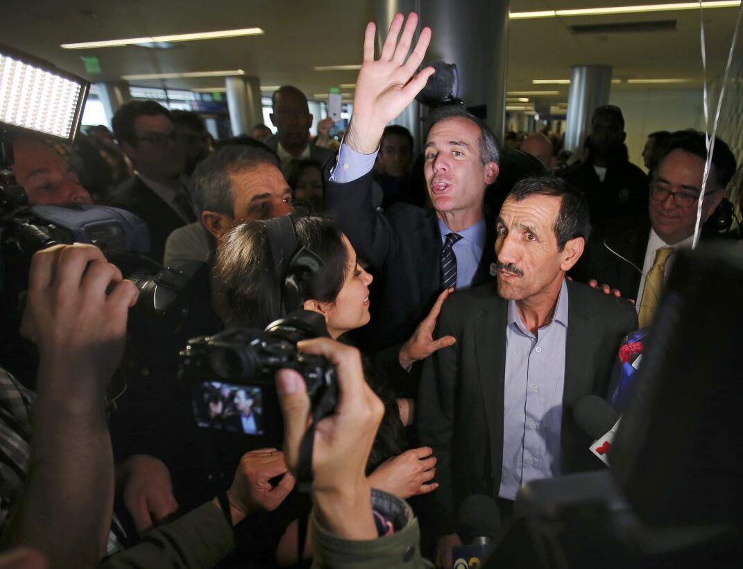 El ciudadano iraní Ali Vayeghan fue recibido por su hermano Hossein Vayg...