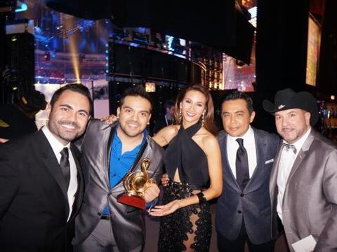 Argy junto a los ganadores del premio Artista Duranguense del Año...