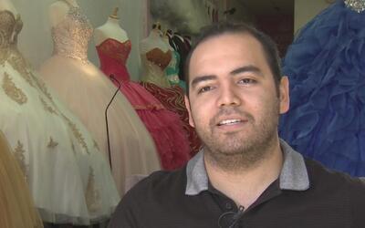 Abriendo puertas: El hombre que busca el éxito en el negocio de vestidos...