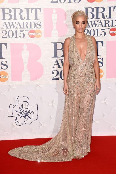 Rita Ora deslumbró con el escote de su vestido a lentejuelas.