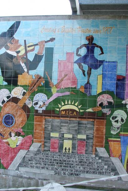 También se puede distinguir a este lugar gracias al mural que está en un...