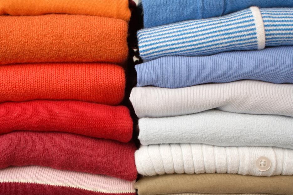 Todas las prendas tejidas, por ejemplo los suéteres o chalecos, deben se...