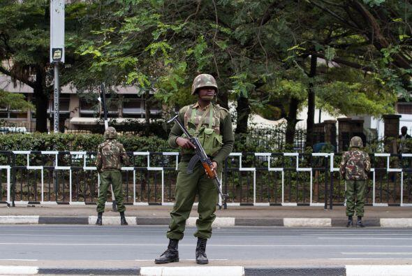 Oficiales de la Unidad de Servicios Generales hacen guardia por la aveni...