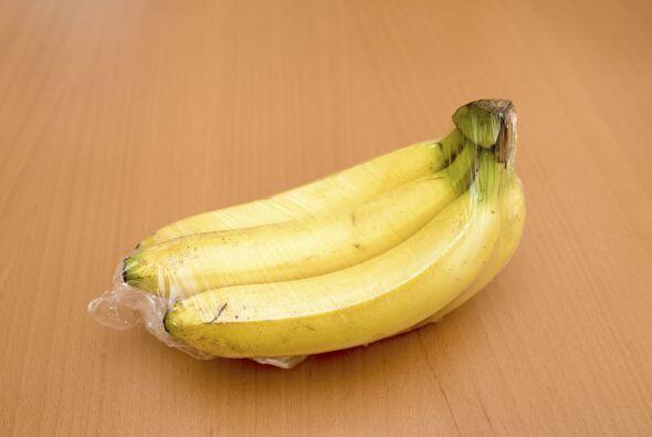 Los plátanos emiten gas etileno al madurar. Si sabes que no podrás comer...