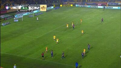 Tarjeta amarilla. El árbitro amonesta a Daniel Arreola de Puebla