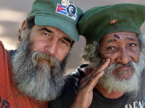 Dos hombres disfrazados como soldados del ejército rebelde de Fid...