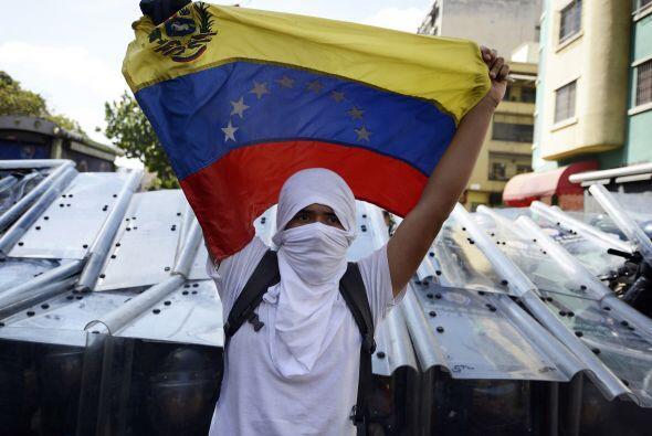 Los estudiantes desarmados portan  banderas y gritan consignas contra el...