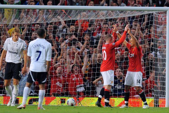 Wayne Rooney puso el 3-0 y lo celebró con un conocido de los mexicanos.