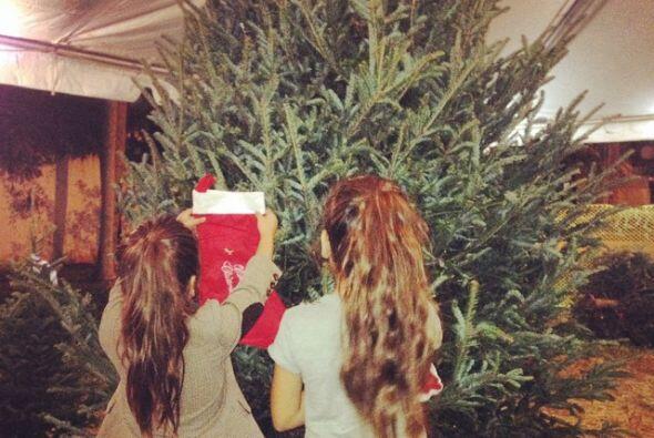 También publicó una foto de sus hijas eligiendo el &aacute...