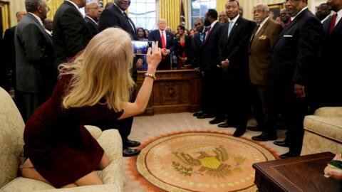 Kellyanne Conway con los pies sobre el sofá del despacho Oval