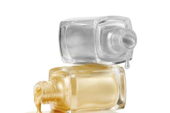 El gris nacarado será la mejor opción para embellecer tus uñas.