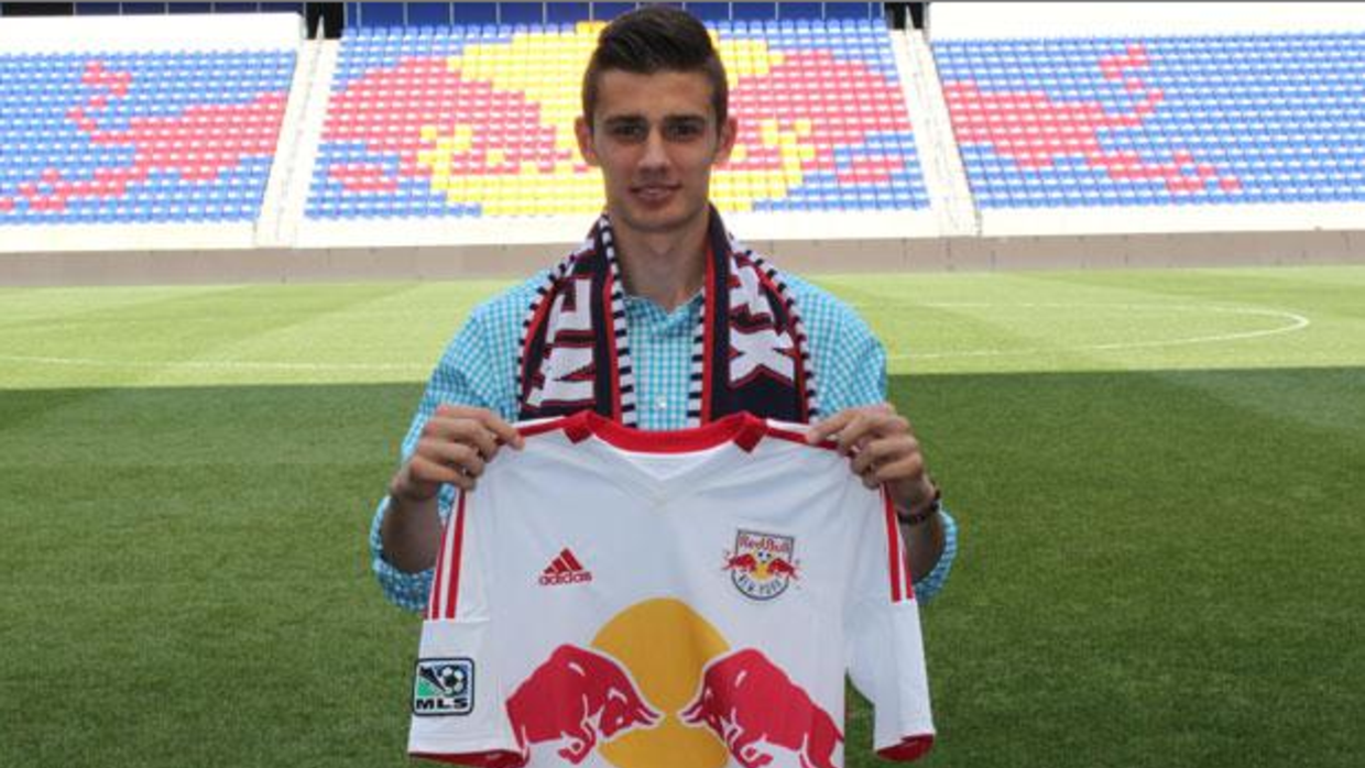 Matt Miazga firmando su contrato con los New York Red Bulls