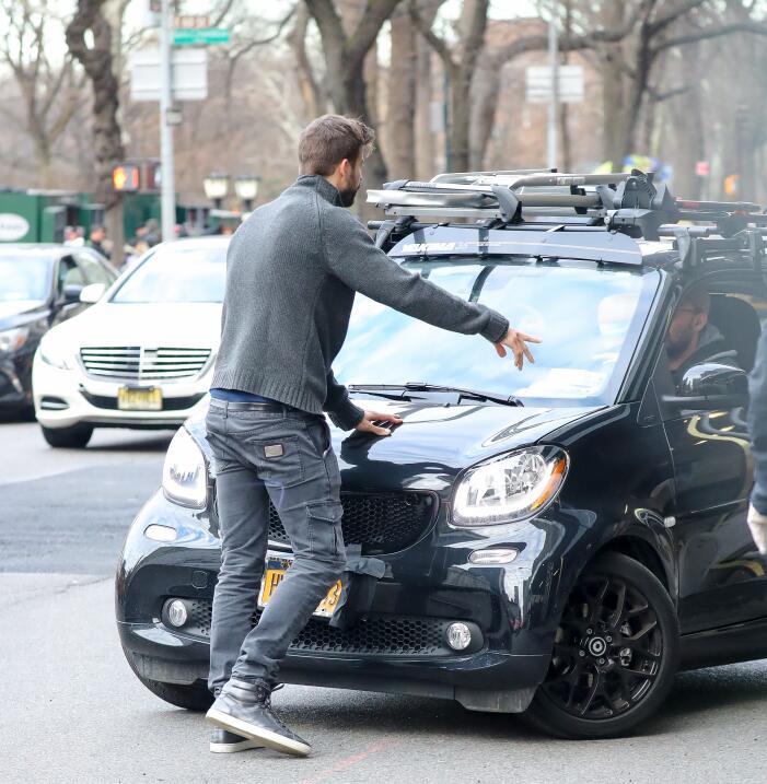 Pike se enfrenta con paparazzi en nueva york