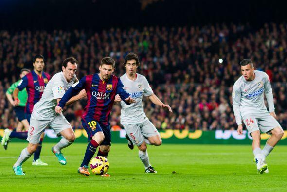 Lionel Messi estuvo muy activo durante el partido, de hecho, generó la p...