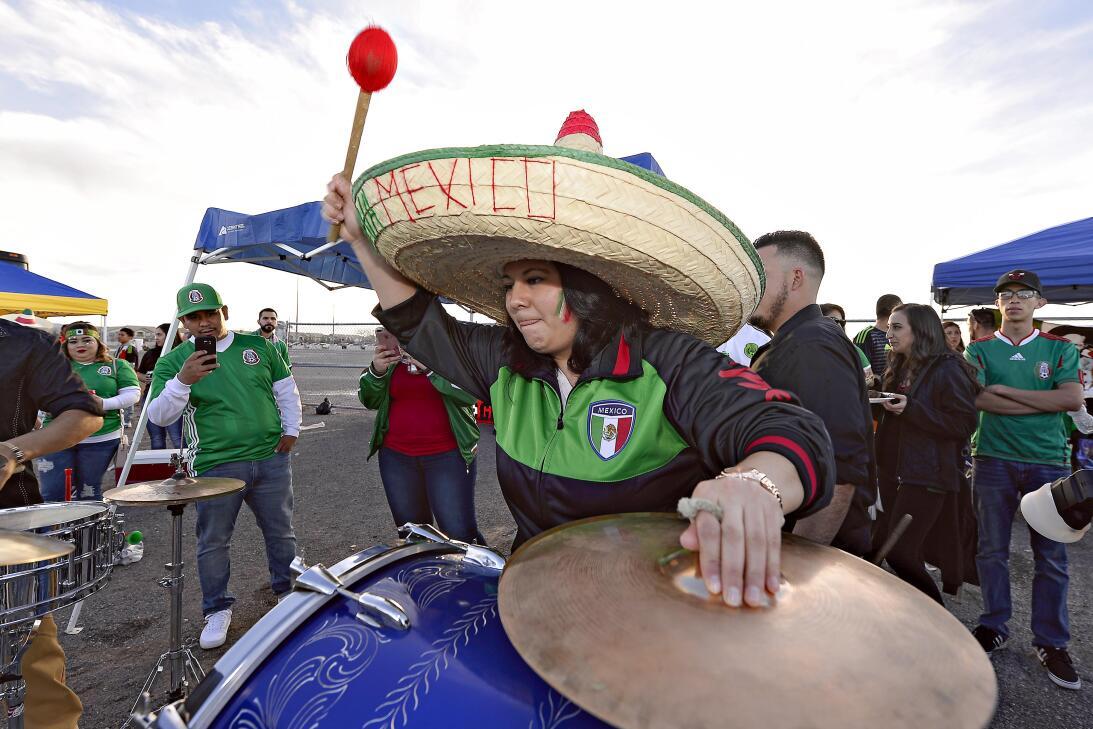 La fiesta de los mexicanos en el partido contra Islandia 20170208_2126.jpg