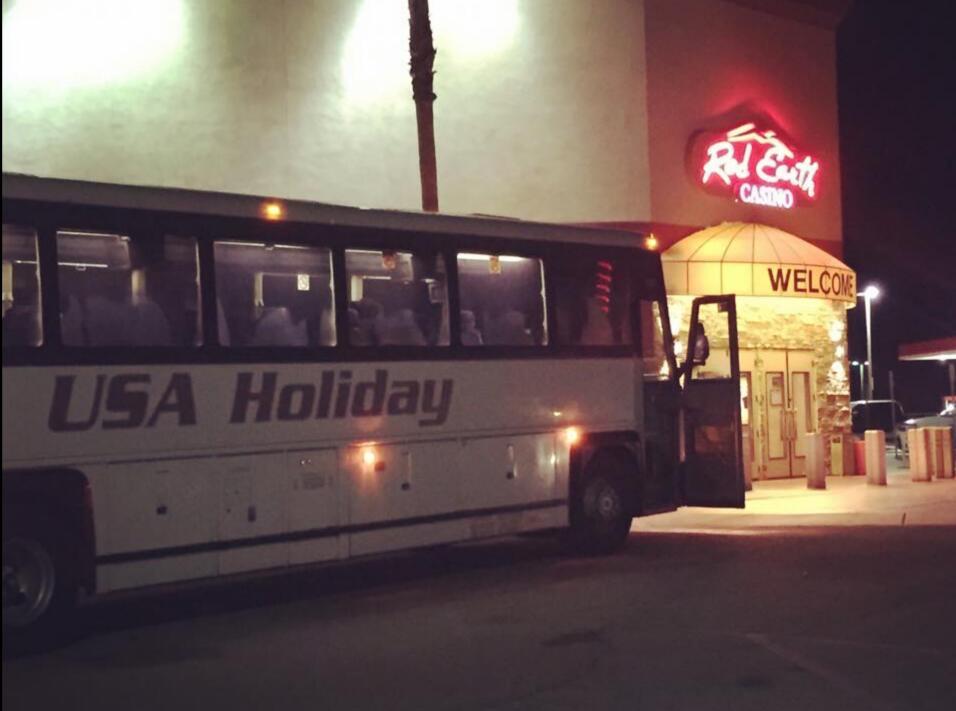 Autobus de USA Holiday en visita al Red Earth Casino.