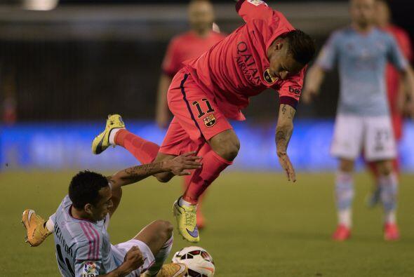 En duelo de sudamericanos, Fabián Orellana metía fuerte la pierna a Neymar.