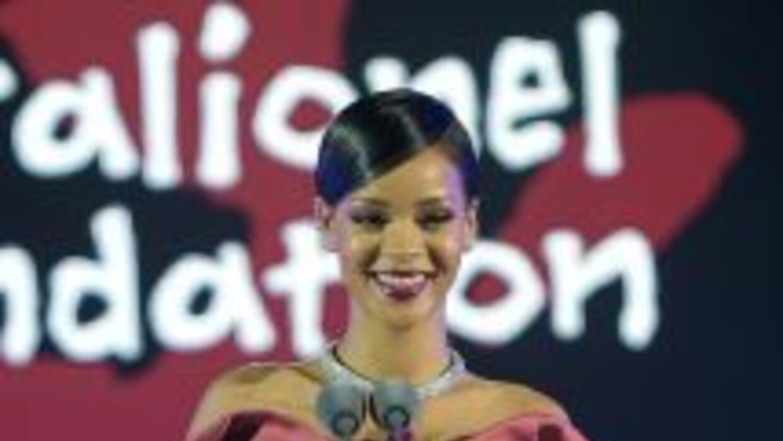 La cantante Rihanna está que no para, pues ahora se une a la causa solid...