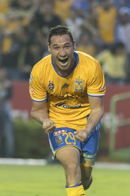 Tigres con pie y medio en las semifinales Jesus Duenas celebra su gol de...