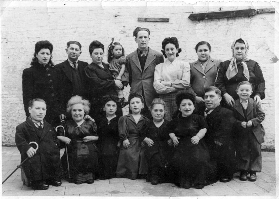 ¿Cómo sobrevivió esta familia de 7 enanos al Holocausto? family-1-456.jpg