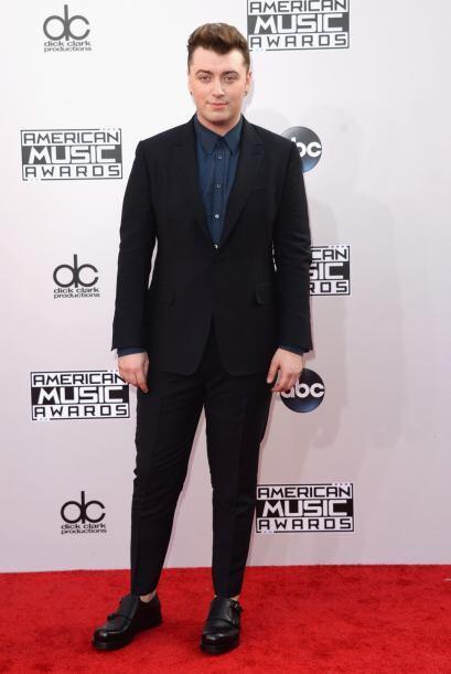 Sam Smith, simple sencillo, sin corbata y calcetines que le dieran el lo...