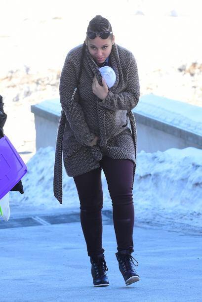 Ante las bajas temperaturas, Alicia optó por resguardar a su hijo en su...
