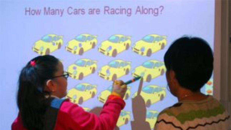 Profesora de primaria enseña a su alumna los principios básicos de matem...