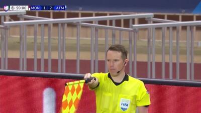 Fuera de juego de Diego Godín: El juez de línea levanta el banderín y anula la jugada.