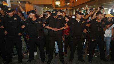 Policía de Guatemala forma un muro humano para impedir que migrantes crucen la frontera