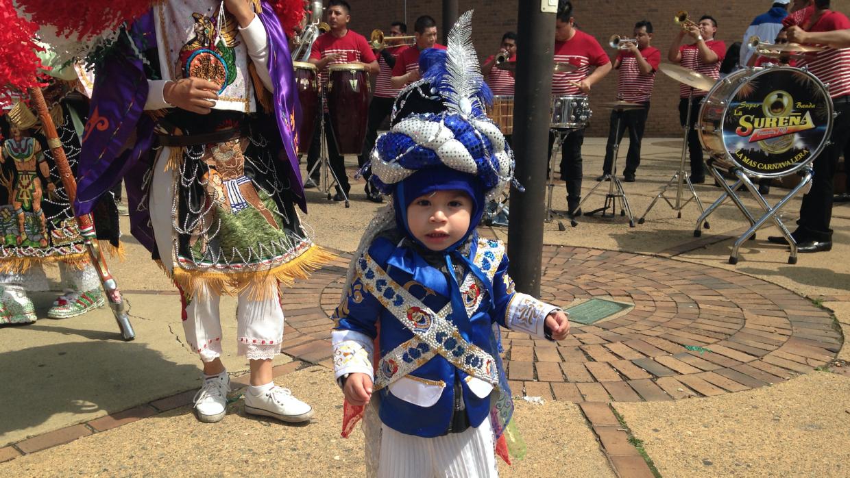 Con sólo dos años, Leonardo practica la danza tradicional de Huejotzingo.