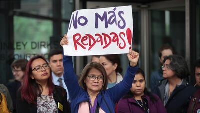 Activistas proinmigrantes y familiares de hispanos detenidos en redadas presentan demanda colectiva contra ICE