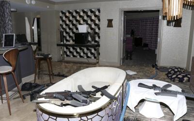 Esta fotografía de la habitación de Stephen Paddock propor...
