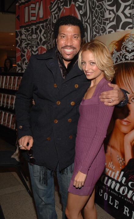 En 2003, la hija de Lionel Richie, Nicole, fue detenida por posesión de...